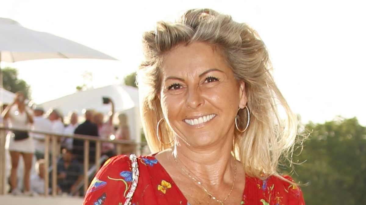 Caroline Margeridon en maillot de bain, l'acheteuse de 54 ans en montre un peu trop !