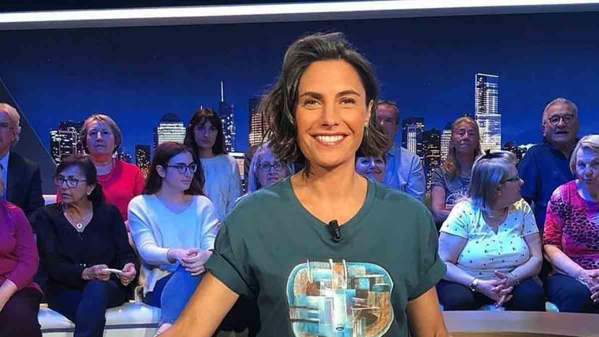 Alessandra Sublet dégaine le short et les tongs de plage, un détail surprend les internautes.