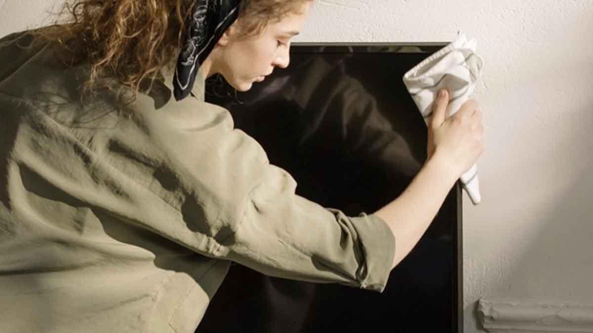 Voici les astuces quil faut pour nettoyer un écran tv sans risque !